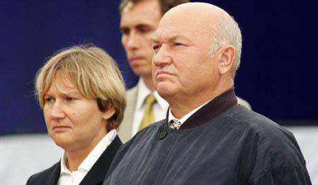 Президент Федерации конного спорта России Елена Батурина (слева) и мэр Москвы Юрий Лужков (справа) наблюдают за ходом соревнований по конкуру на Кубок мэра.